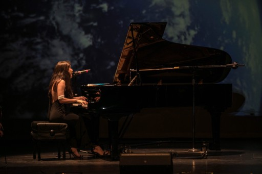 A piano y voz.